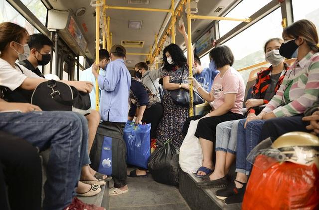 [Ảnh] Khách tăng đột biến, xe buýt chật kín người, tài xế, phụ xe thấp thỏm trong ngày đầu Hà Nội cắt giảm hoạt động - Ảnh 1.