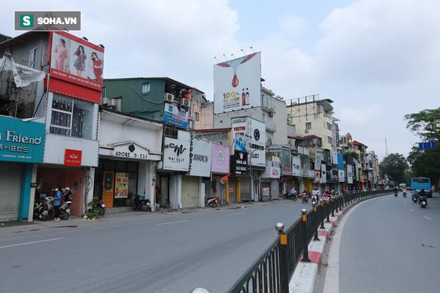 Cảnh tượng chìm trong bóng tối hiếm thấy của nhiều con phố kinh doanh sầm uất nhất Hà Nội - Ảnh 11.