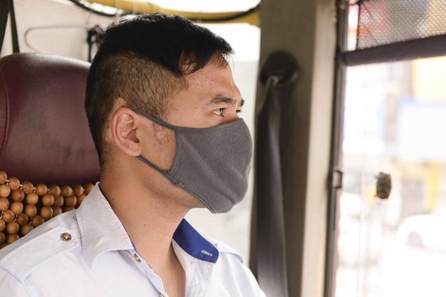 [Ảnh] Khách tăng đột biến, xe buýt chật kín người, tài xế, phụ xe thấp thỏm trong ngày đầu Hà Nội cắt giảm hoạt động - Ảnh 11.