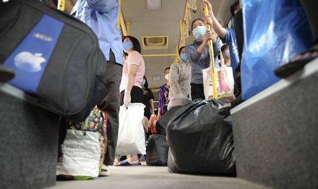 [Ảnh] Khách tăng đột biến, xe buýt chật kín người, tài xế, phụ xe thấp thỏm trong ngày đầu Hà Nội cắt giảm hoạt động - Ảnh 13.