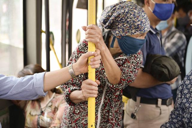 [Ảnh] Khách tăng đột biến, xe buýt chật kín người, tài xế, phụ xe thấp thỏm trong ngày đầu Hà Nội cắt giảm hoạt động - Ảnh 14.