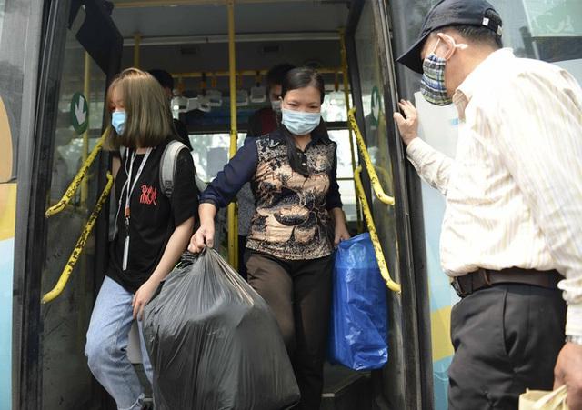 [Ảnh] Khách tăng đột biến, xe buýt chật kín người, tài xế, phụ xe thấp thỏm trong ngày đầu Hà Nội cắt giảm hoạt động - Ảnh 15.