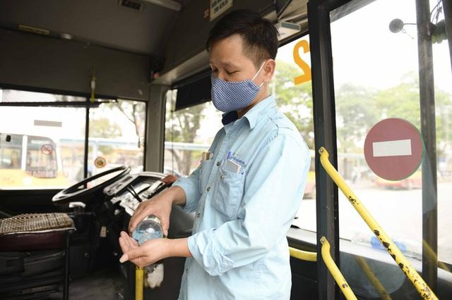 [Ảnh] Khách tăng đột biến, xe buýt chật kín người, tài xế, phụ xe thấp thỏm trong ngày đầu Hà Nội cắt giảm hoạt động - Ảnh 16.