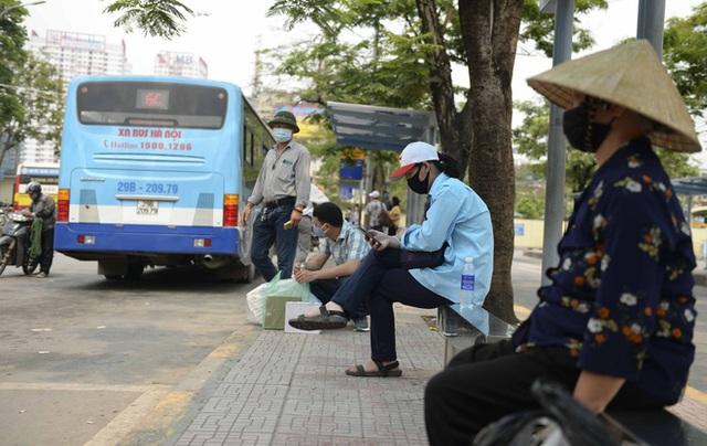 [Ảnh] Khách tăng đột biến, xe buýt chật kín người, tài xế, phụ xe thấp thỏm trong ngày đầu Hà Nội cắt giảm hoạt động - Ảnh 18.