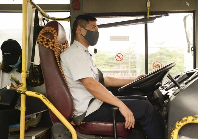 [Ảnh] Khách tăng đột biến, xe buýt chật kín người, tài xế, phụ xe thấp thỏm trong ngày đầu Hà Nội cắt giảm hoạt động - Ảnh 19.