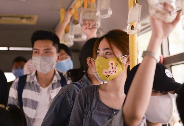 [Ảnh] Khách tăng đột biến, xe buýt chật kín người, tài xế, phụ xe thấp thỏm trong ngày đầu Hà Nội cắt giảm hoạt động - Ảnh 20.