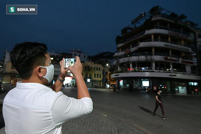 Cảnh tượng chìm trong bóng tối hiếm thấy của nhiều con phố kinh doanh sầm uất nhất Hà Nội - Ảnh 3.