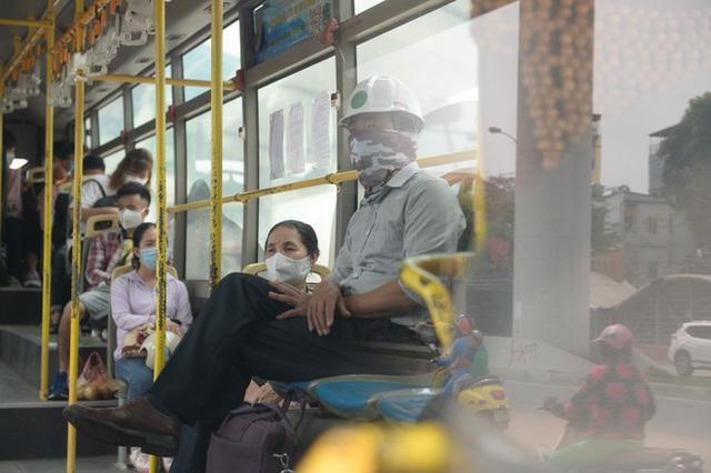 [Ảnh] Khách tăng đột biến, xe buýt chật kín người, tài xế, phụ xe thấp thỏm trong ngày đầu Hà Nội cắt giảm hoạt động - Ảnh 3.