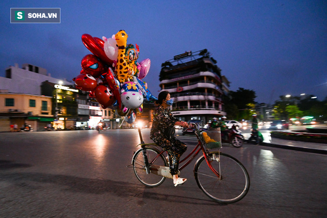 Cảnh tượng chìm trong bóng tối hiếm thấy của nhiều con phố kinh doanh sầm uất nhất Hà Nội - Ảnh 4.