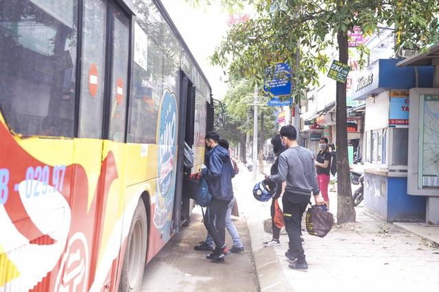 [Ảnh] Khách tăng đột biến, xe buýt chật kín người, tài xế, phụ xe thấp thỏm trong ngày đầu Hà Nội cắt giảm hoạt động - Ảnh 4.