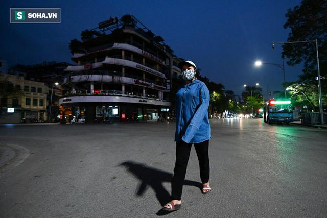 Cảnh tượng chìm trong bóng tối hiếm thấy của nhiều con phố kinh doanh sầm uất nhất Hà Nội - Ảnh 5.