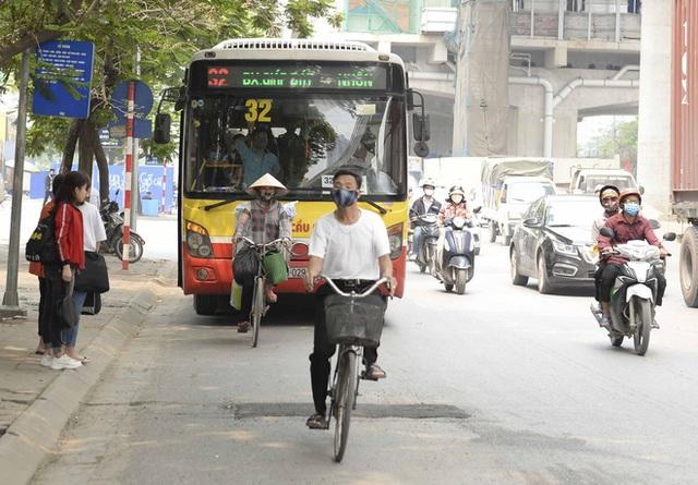 [Ảnh] Khách tăng đột biến, xe buýt chật kín người, tài xế, phụ xe thấp thỏm trong ngày đầu Hà Nội cắt giảm hoạt động - Ảnh 5.