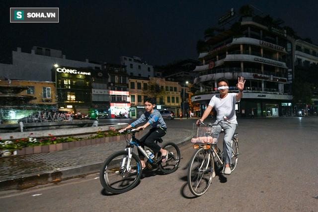 Cảnh tượng chìm trong bóng tối hiếm thấy của nhiều con phố kinh doanh sầm uất nhất Hà Nội - Ảnh 6.