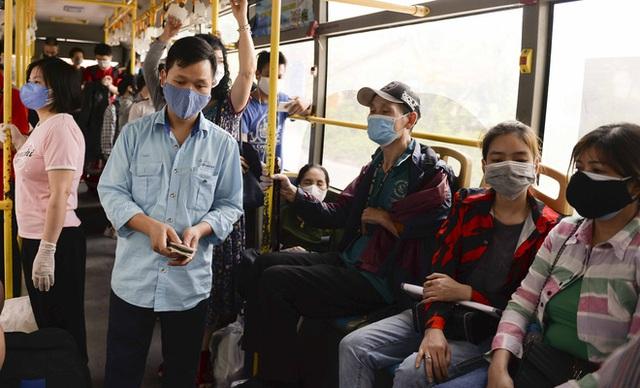 [Ảnh] Khách tăng đột biến, xe buýt chật kín người, tài xế, phụ xe thấp thỏm trong ngày đầu Hà Nội cắt giảm hoạt động - Ảnh 6.