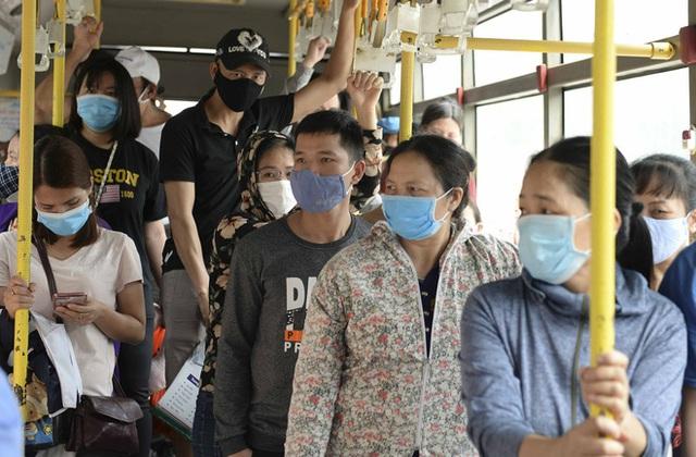 [Ảnh] Khách tăng đột biến, xe buýt chật kín người, tài xế, phụ xe thấp thỏm trong ngày đầu Hà Nội cắt giảm hoạt động - Ảnh 8.