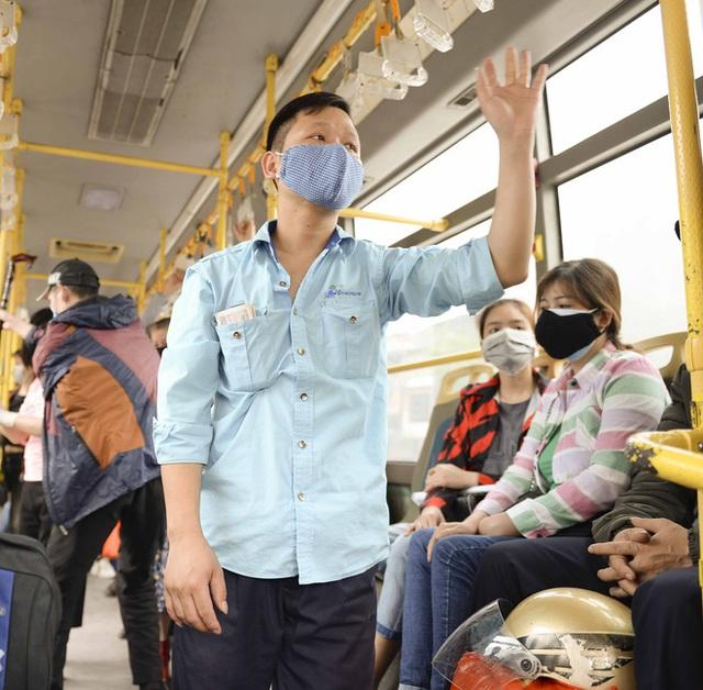 [Ảnh] Khách tăng đột biến, xe buýt chật kín người, tài xế, phụ xe thấp thỏm trong ngày đầu Hà Nội cắt giảm hoạt động - Ảnh 9.