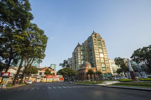 Cùng ngắm Sài Gòn im ắng và trật tự khác thường để phòng dịch Covid-19 - Ảnh 1.