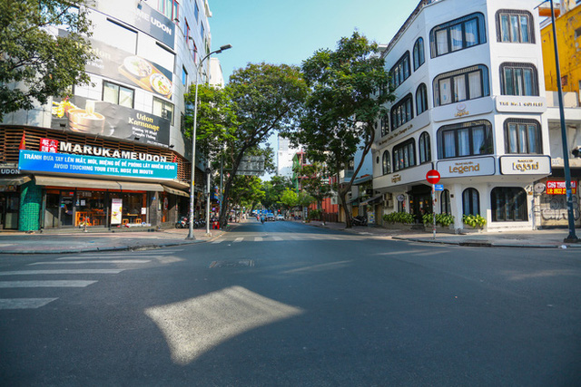 Cùng ngắm Sài Gòn im ắng và trật tự khác thường để phòng dịch Covid-19 - Ảnh 2.