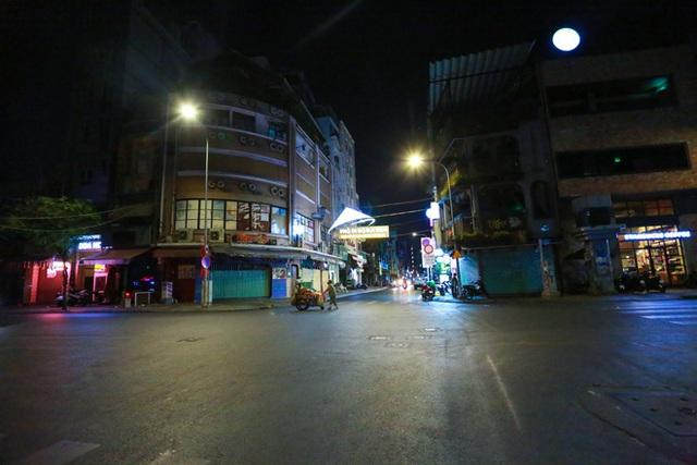 Cùng ngắm Sài Gòn im ắng và trật tự khác thường để phòng dịch Covid-19 - Ảnh 13.