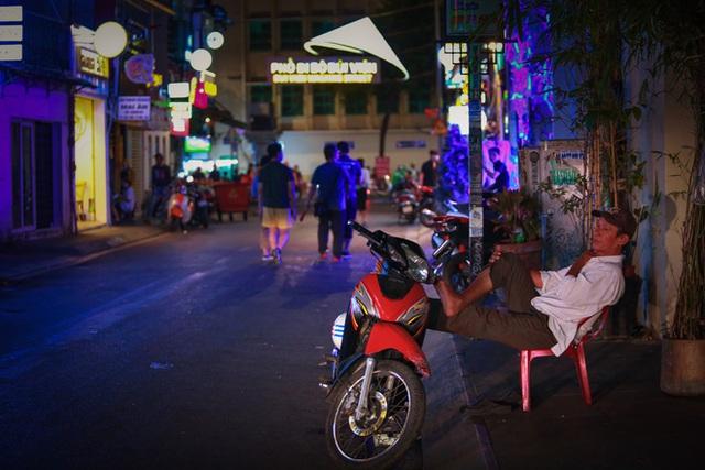 Cùng ngắm Sài Gòn im ắng và trật tự khác thường để phòng dịch Covid-19 - Ảnh 14.