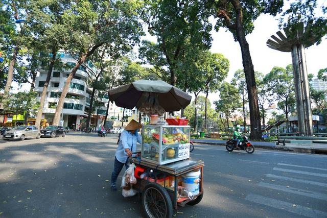 Cùng ngắm Sài Gòn im ắng và trật tự khác thường để phòng dịch Covid-19 - Ảnh 15.