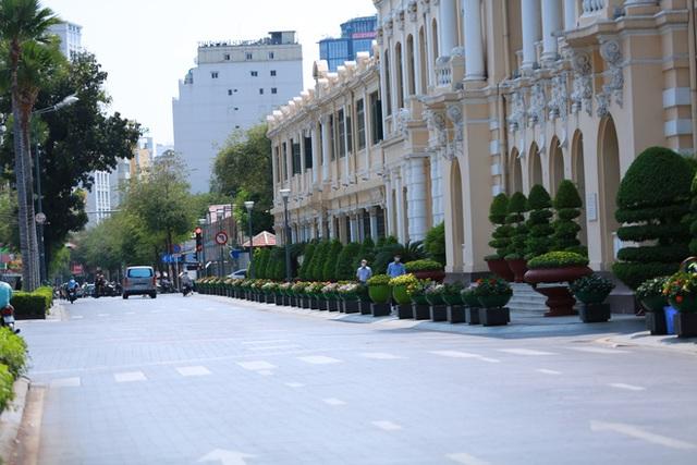 Cùng ngắm Sài Gòn im ắng và trật tự khác thường để phòng dịch Covid-19 - Ảnh 16.