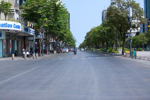 Cùng ngắm Sài Gòn im ắng và trật tự khác thường để phòng dịch Covid-19 - Ảnh 17.