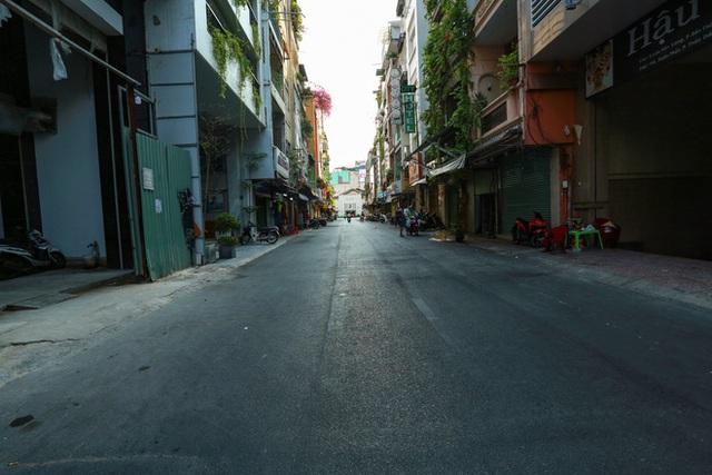 Cùng ngắm Sài Gòn im ắng và trật tự khác thường để phòng dịch Covid-19 - Ảnh 8.