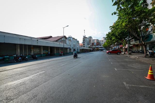 Cùng ngắm Sài Gòn im ắng và trật tự khác thường để phòng dịch Covid-19 - Ảnh 9.
