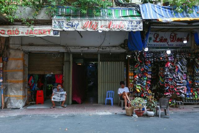 Cùng ngắm Sài Gòn im ắng và trật tự khác thường để phòng dịch Covid-19 - Ảnh 10.