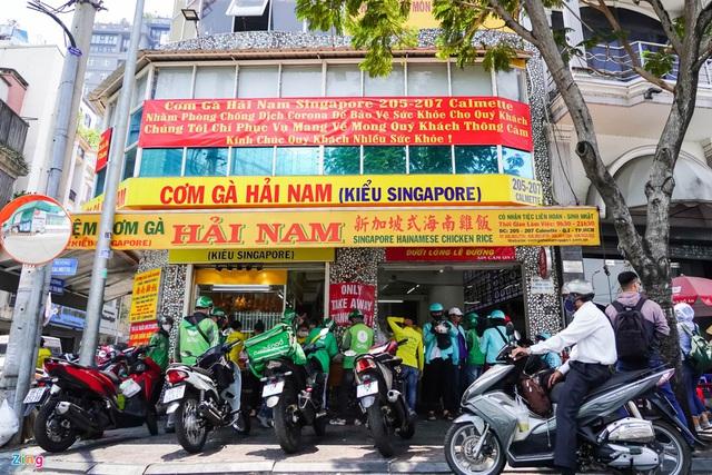 Nhiều quán ăn nổi tiếng vẫn tấp nập như ngày thường với hàng dài shipper chờ lấy đồ - Ảnh 2.