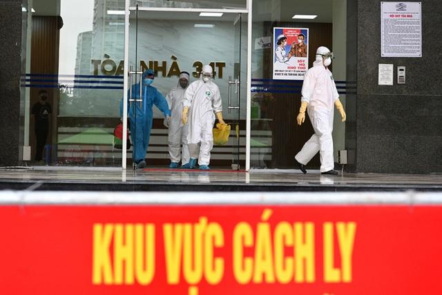 [ẢNH] Phun khử trùng toà nhà 34T Trung Hoà nơi nữ phóng viên dương tính Covid-19 sinh sống - Ảnh 11.