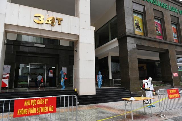[ẢNH] Phun khử trùng toà nhà 34T Trung Hoà nơi nữ phóng viên dương tính Covid-19 sinh sống - Ảnh 3.