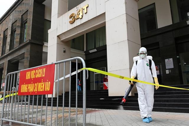[ẢNH] Phun khử trùng toà nhà 34T Trung Hoà nơi nữ phóng viên dương tính Covid-19 sinh sống - Ảnh 4.