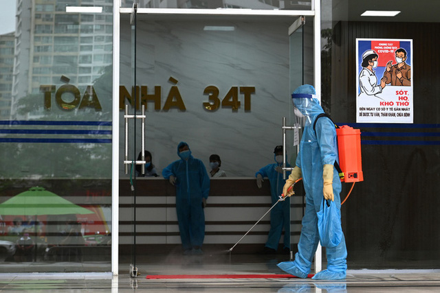 [ẢNH] Phun khử trùng toà nhà 34T Trung Hoà nơi nữ phóng viên dương tính Covid-19 sinh sống - Ảnh 5.