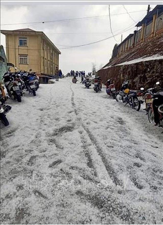 Mưa đá rơi trắng trời, trắng đất ở Lai Châu - Ảnh 3.