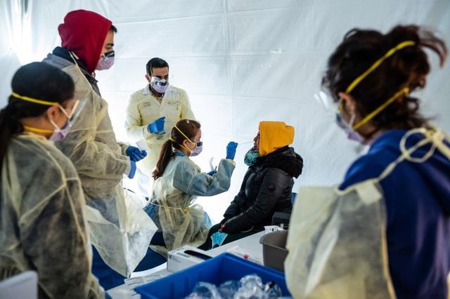 Lời kêu gọi từ chồng của một nữ bác sĩ: Hãy bảo vệ đội ngũ y tế như chính người thân, bởi họ chính là vệ sĩ của toàn cộng đồng trước dịch bệnh Covid-19 - Ảnh 1.