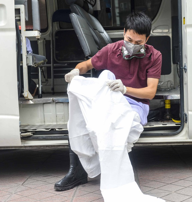 [Ảnh] 10 giờ của nhân viên y tế khi phun tiêu trùng, khử độc ở toà 34T, nơi nữ phóng viên nhiễm Covid-19 sinh sống - Ảnh 2.