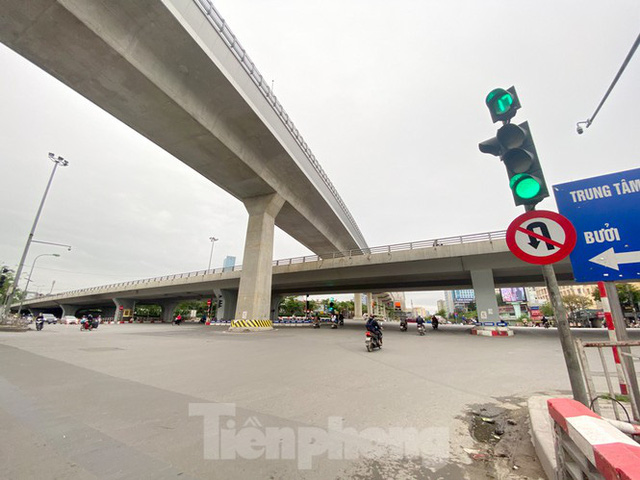 Đường phố Hà Nội vắng vẻ trong ngày đầu tuần đi làm mùa dịch COVID-19 - Ảnh 1.