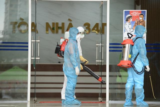 [Ảnh] 10 giờ của nhân viên y tế khi phun tiêu trùng, khử độc ở toà 34T, nơi nữ phóng viên nhiễm Covid-19 sinh sống - Ảnh 14.