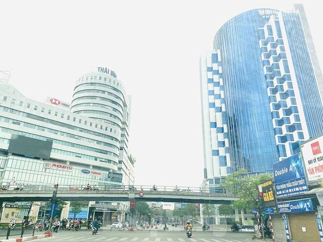 Đường phố Hà Nội vắng vẻ trong ngày đầu tuần đi làm mùa dịch COVID-19 - Ảnh 3.