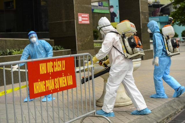 [Ảnh] 10 giờ của nhân viên y tế khi phun tiêu trùng, khử độc ở toà 34T, nơi nữ phóng viên nhiễm Covid-19 sinh sống - Ảnh 6.