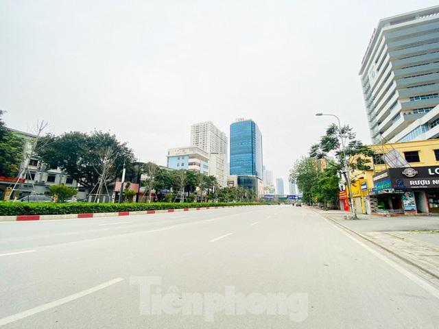 Đường phố Hà Nội vắng vẻ trong ngày đầu tuần đi làm mùa dịch COVID-19 - Ảnh 6.