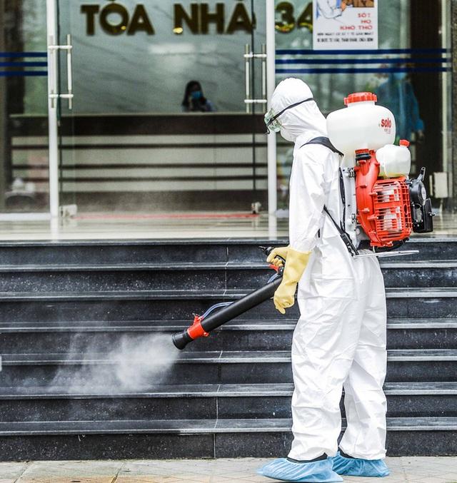 [Ảnh] 10 giờ của nhân viên y tế khi phun tiêu trùng, khử độc ở toà 34T, nơi nữ phóng viên nhiễm Covid-19 sinh sống - Ảnh 7.