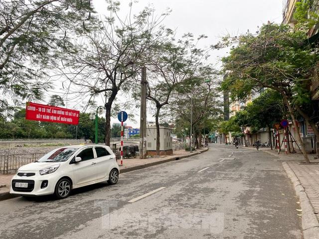Đường phố Hà Nội vắng vẻ trong ngày đầu tuần đi làm mùa dịch COVID-19 - Ảnh 7.