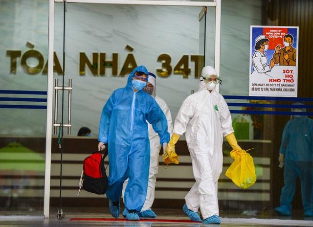 [Ảnh] 10 giờ của nhân viên y tế khi phun tiêu trùng, khử độc ở toà 34T, nơi nữ phóng viên nhiễm Covid-19 sinh sống - Ảnh 8.