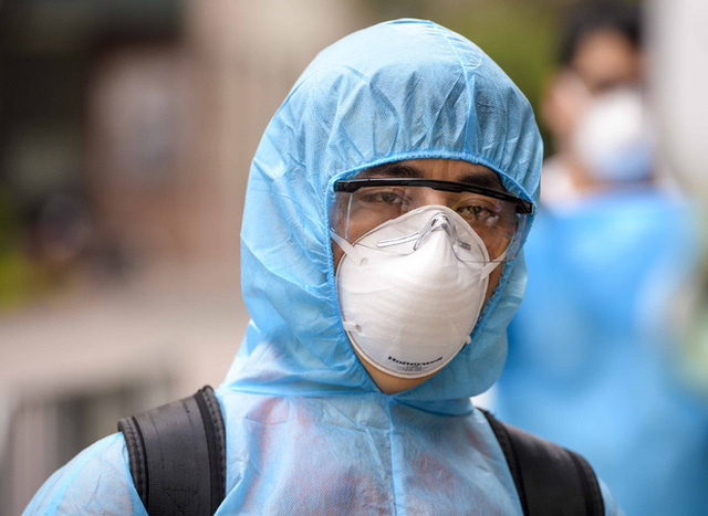 [Ảnh] 10 giờ của nhân viên y tế khi phun tiêu trùng, khử độc ở toà 34T, nơi nữ phóng viên nhiễm Covid-19 sinh sống - Ảnh 9.