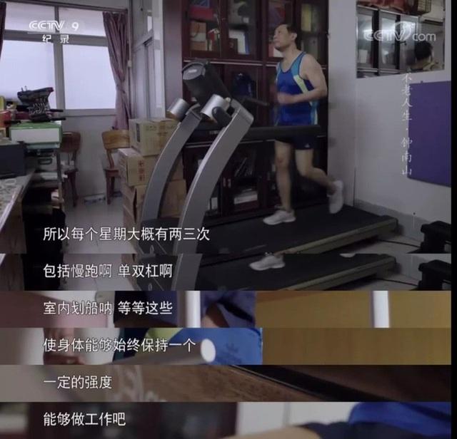Nhà dịch tễ học hàng đầu Trung Quốc - Chung Nam Sơn 83 tuổi, từng mắc rất nhiều bệnh, nhưng hiện tại ông rất khỏe mạnh vì nhờ làm việc này đều đặn mỗi ngày - Ảnh 1.