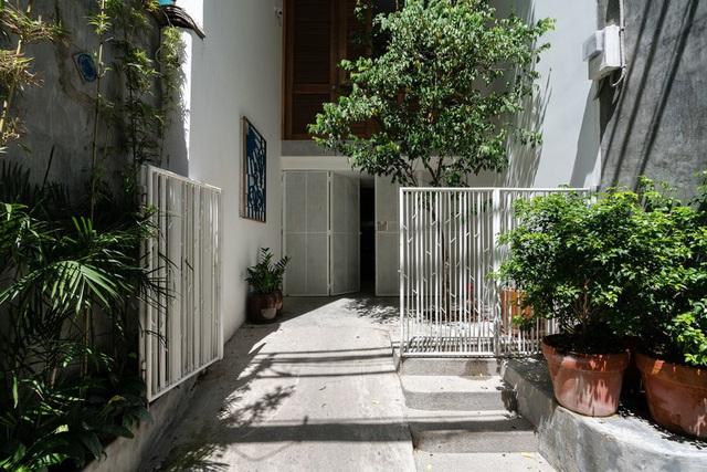 Ngôi nhà phố màu trắng, nổi bật trong hẻm nhỏ - Ảnh 1.