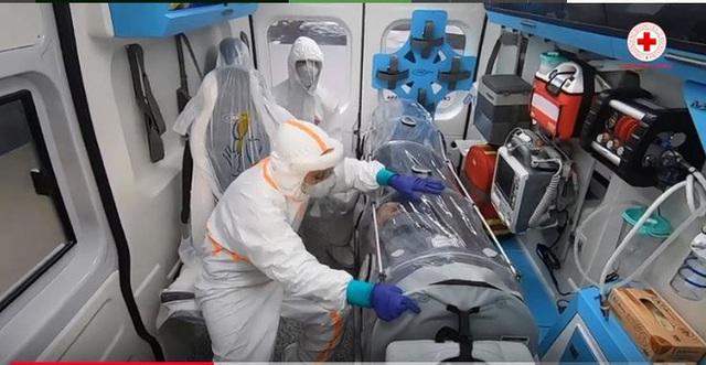 Hình ảnh xúc động bên trong xe cứu thương chở bệnh nhân Covid-19 ở Italy: Đừng sợ, Đừng sợ! - Ảnh 1.